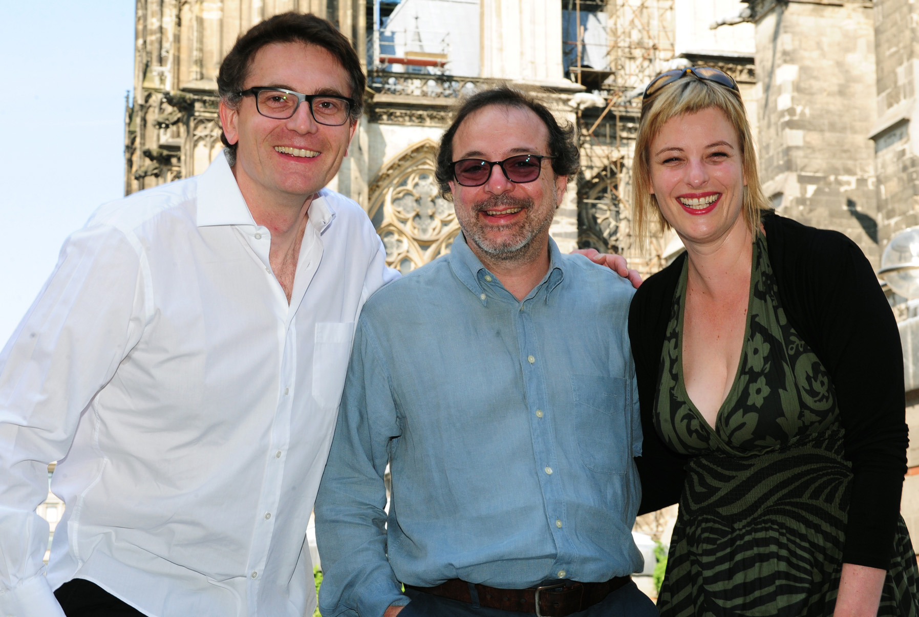 Producers Johannes Rexin and Bettina Brokemper of Heimatfilm with director Semih Kaplanoglu in front of Cologne Cathedral, courtesy Heike Herbertz/Filmstiftung NRW