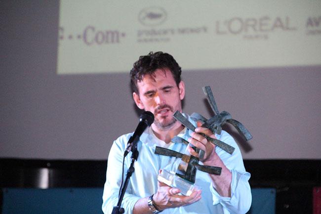 Matt Dillon receiving the sculpture award created by Jasna Bogdanovic, photo courtesy Film Forum Zadar