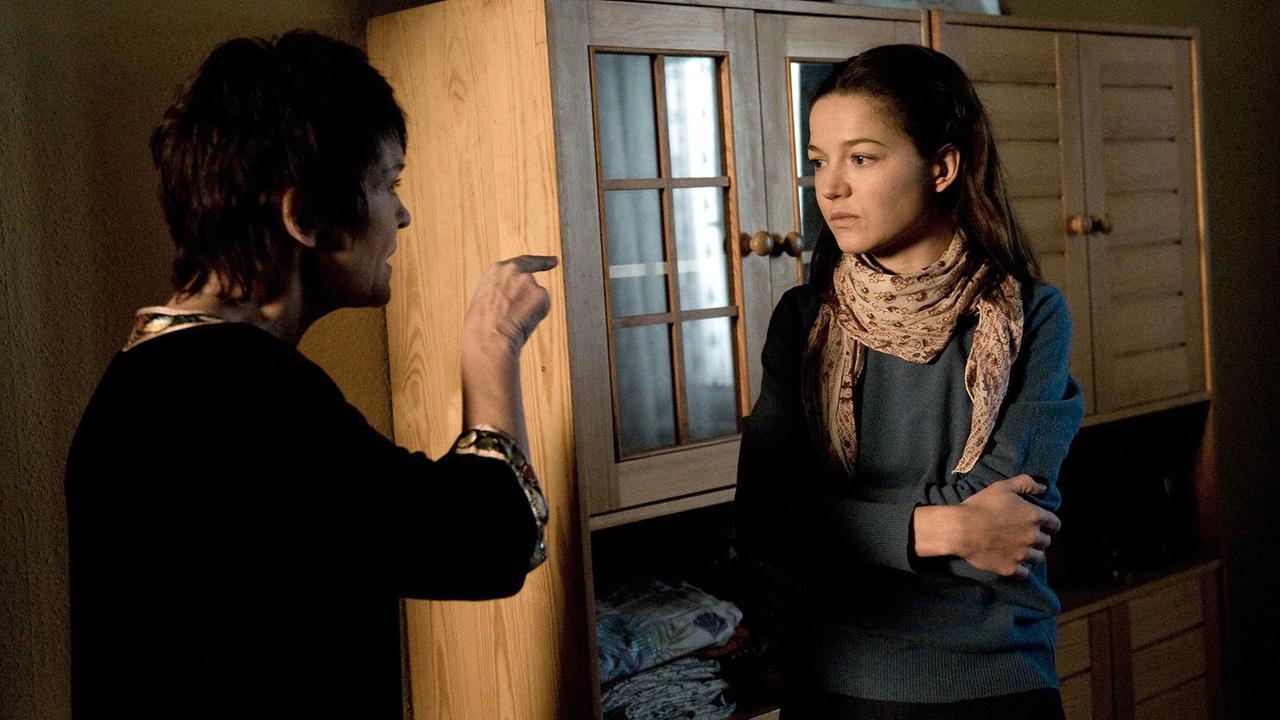 """Katrin Sass und Hannah Hertzsprung in Weissensee, Folge 9 """"Julia"""""""